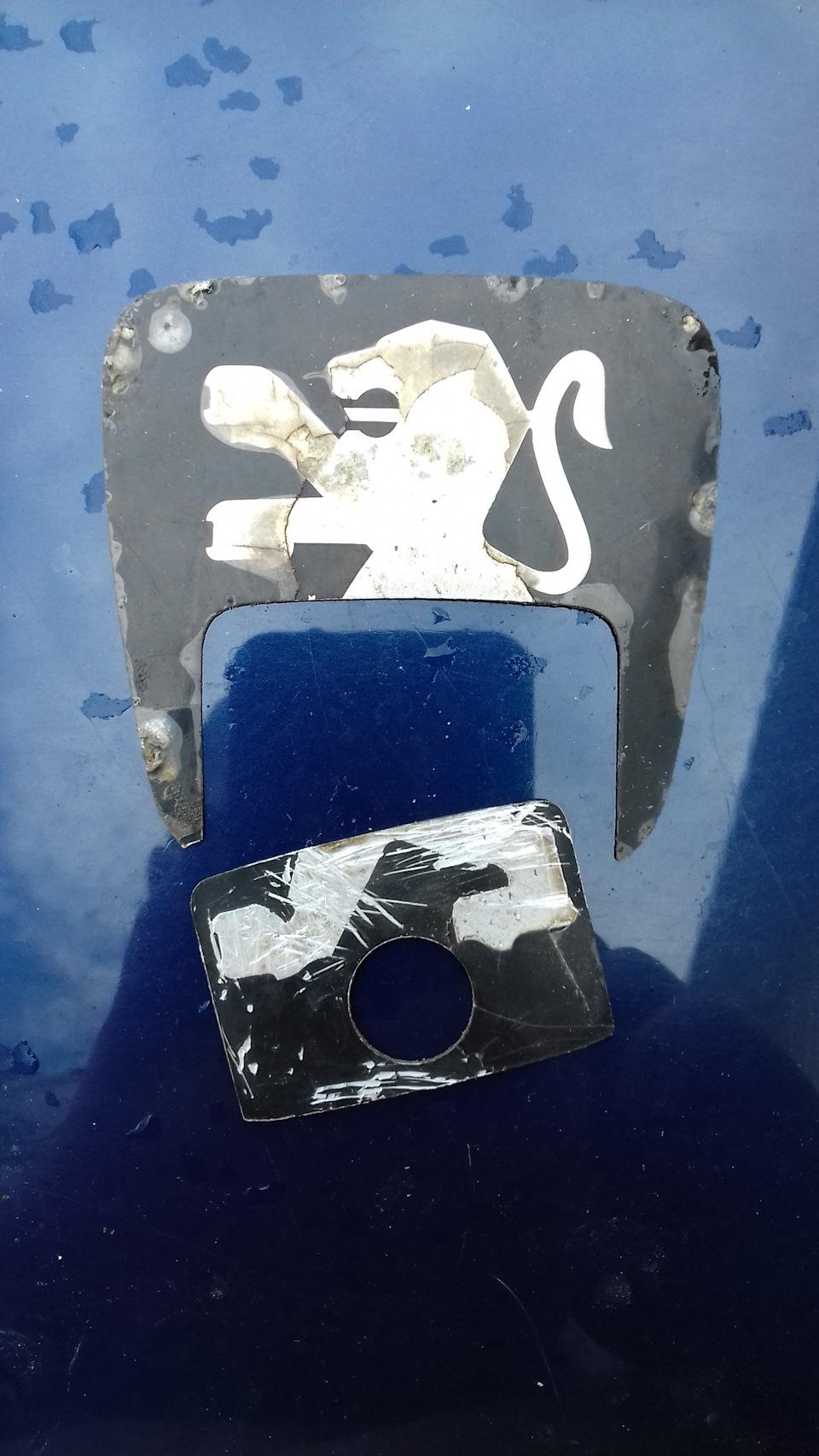 Эмблема замка багажника