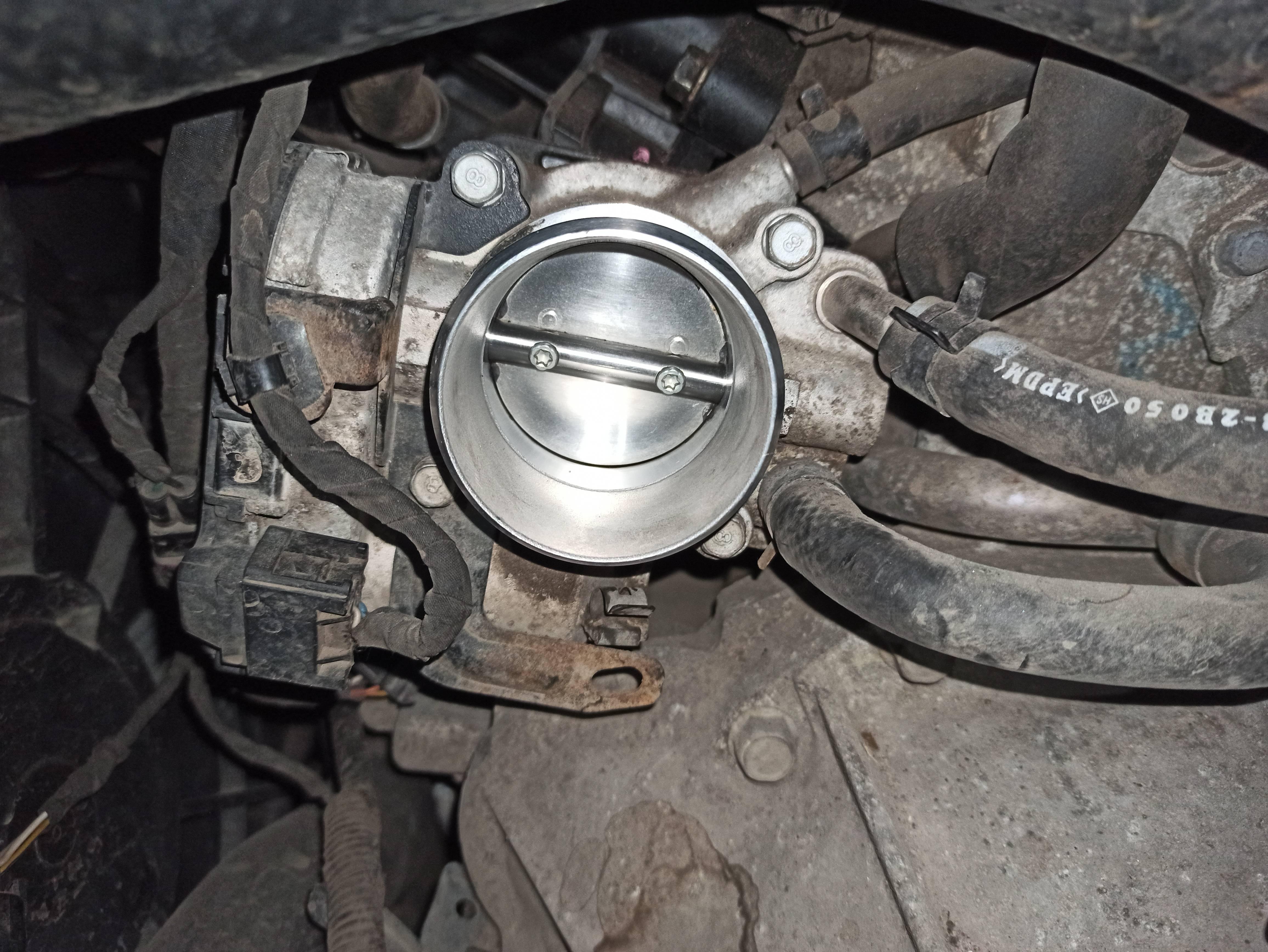 Чистка дроссельной заслонки, замена воздушного фильтра и уплотнительного кольца воздуховода.